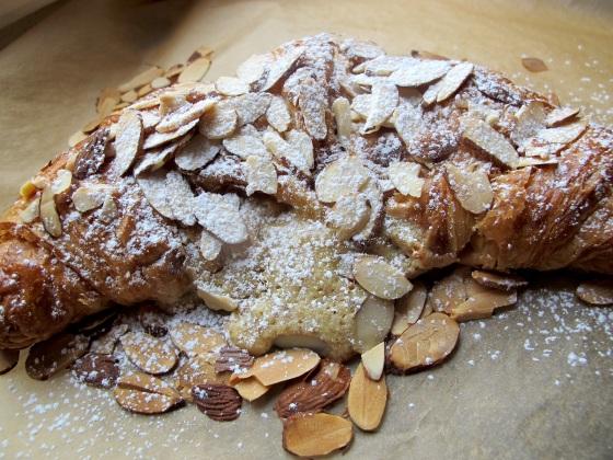 Perfekt  til 17 maibrunch: lekker lun croissant med mandelfyll. Og hurra for at bloggen har passert 400 000besøk.